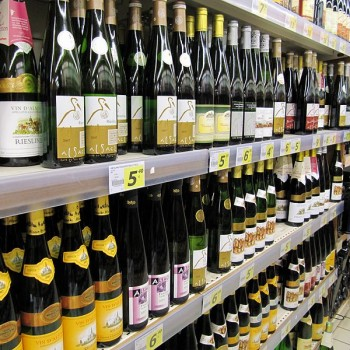 800px-Alsatian_wines_in_a_supermarket