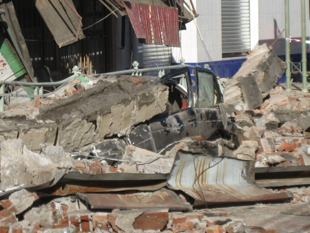 2010_Chile_earthquake_-_Car_destroyed_in_Temuco