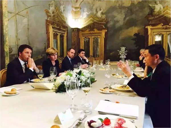 Jack Ma (right) met with Italian prime minister Matteo Renzi before announcing the deal at Vinitaly (Photo: Twitter)